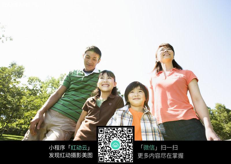 野餐的一家人045图片
