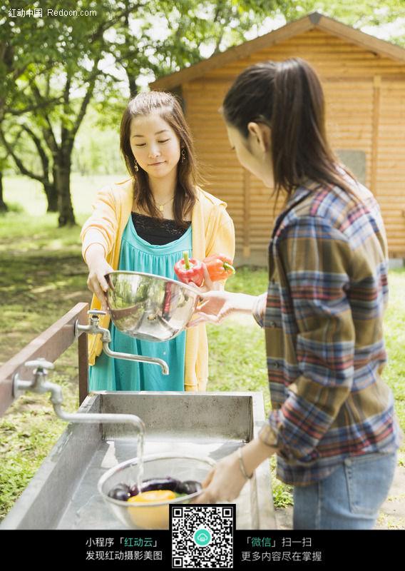清洗水果的美女158图片