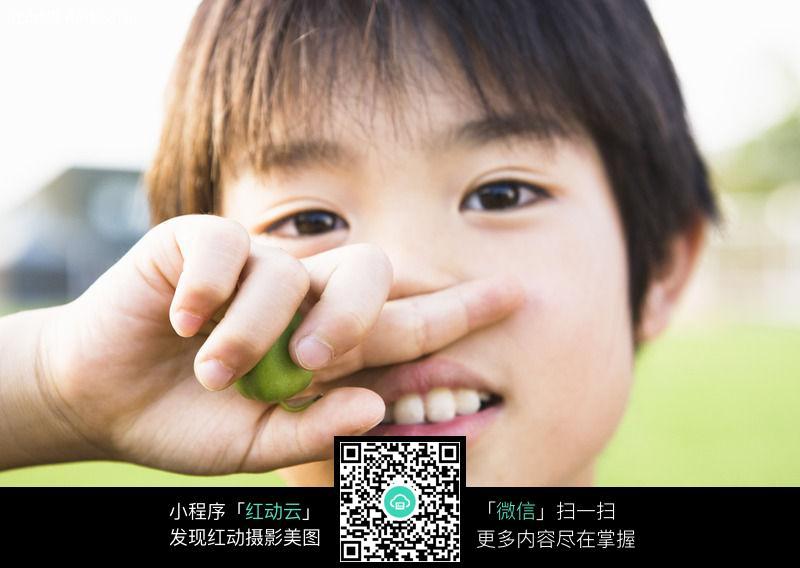 摸摸你的鼻子_摸摸鼻子的可爱男孩子图片免费下载_红动网