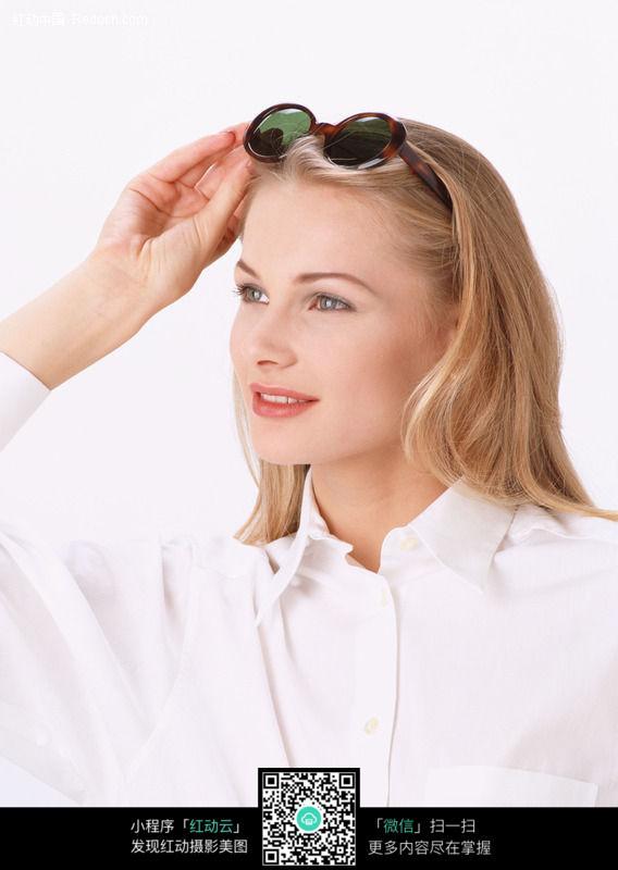 眼镜美女 面部表情 金发美女 外国美女 美女图片 女人图片 人物素材