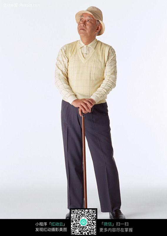 拄着拐杖的老人图片