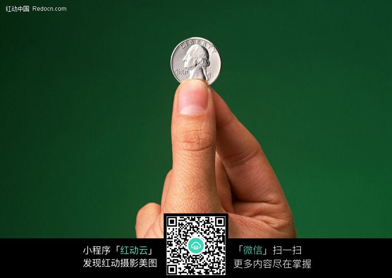 手里拿着一个硬币图片