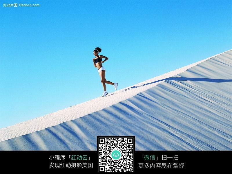 沙漠跑步美女图片