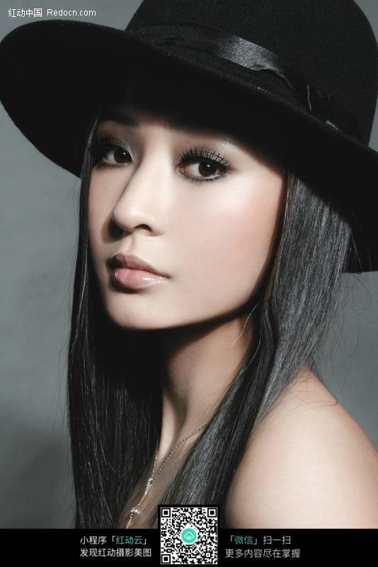 戴黑色帽子的时尚美女图片