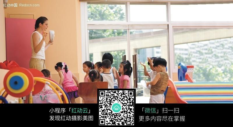 上课的幼儿园小朋友图片