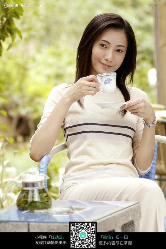 喝茶的知性美女图片