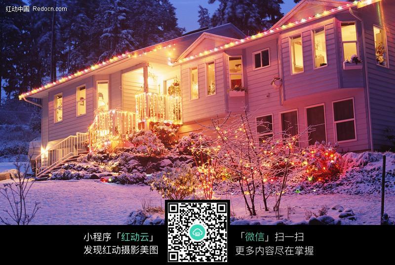 彩灯 装饰 雪景 下雪 傍晚 节日庆典 生活百科 摄影图片-圣诞夜屋外装