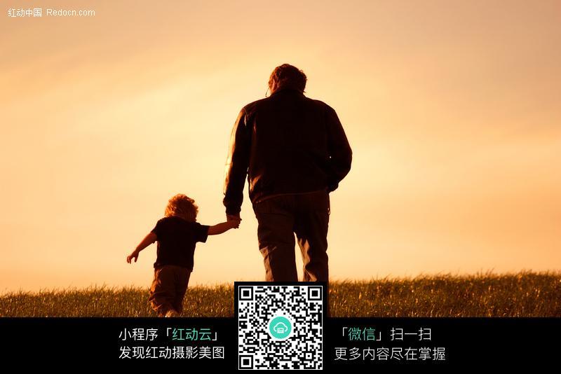 手拉手散步父子图片