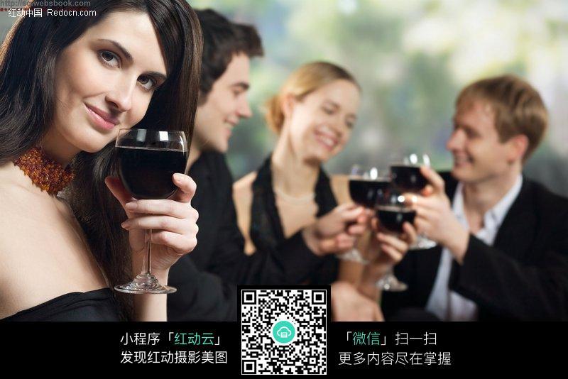 酒会上喝红酒的女人图片