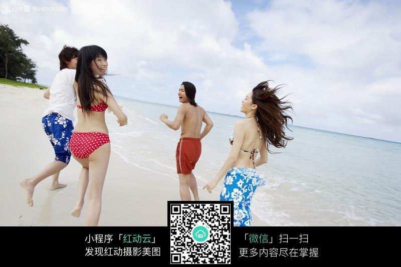 奔跑的沙滩美女图片 女性女人图片