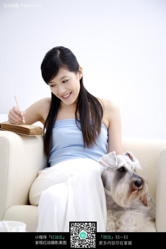 美女与宠物图片