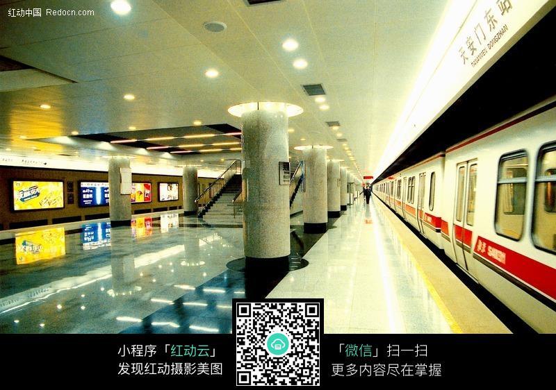 地铁站夜景图片