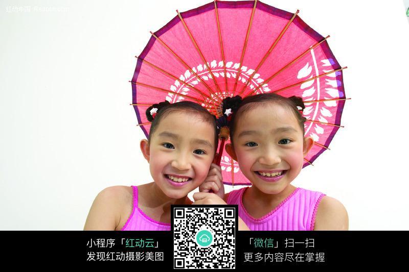 两个打伞的小女孩