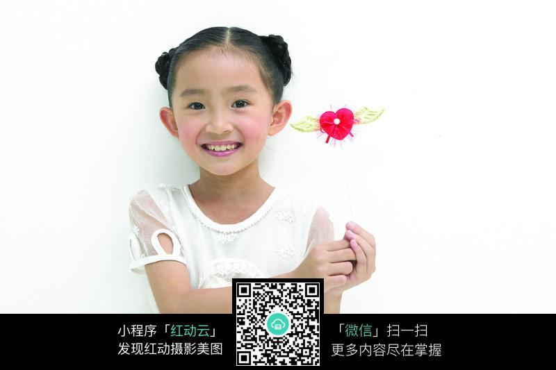 拿玩具的小女孩图片_儿童幼儿图片