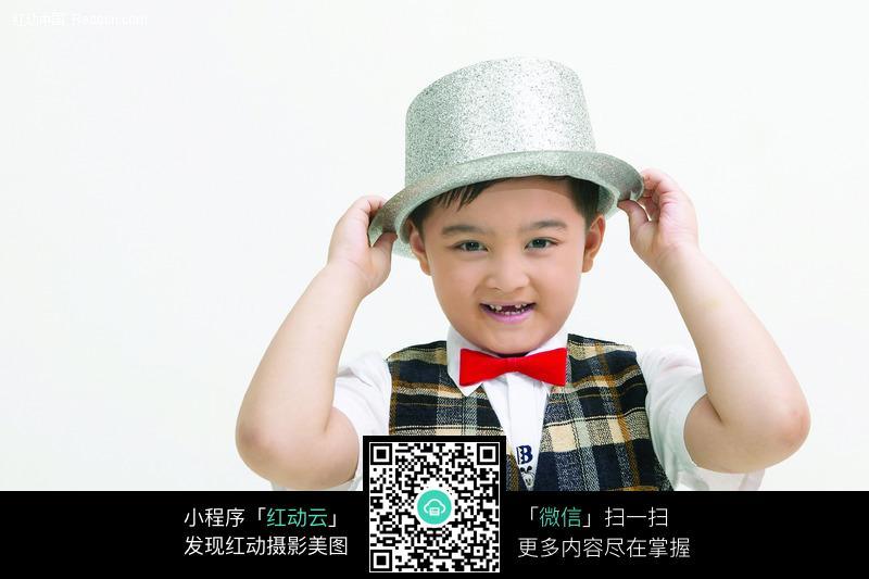 戴帽子的小男孩图片