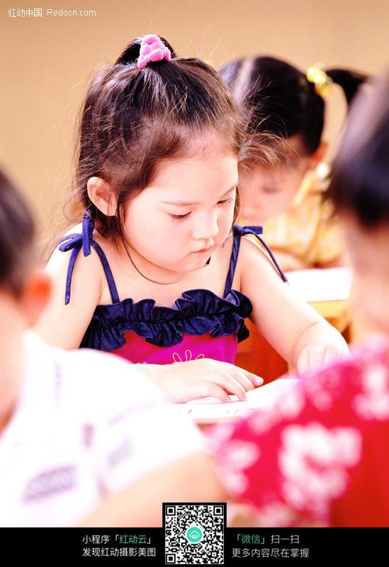 画画的小女孩图片_儿童幼儿图片