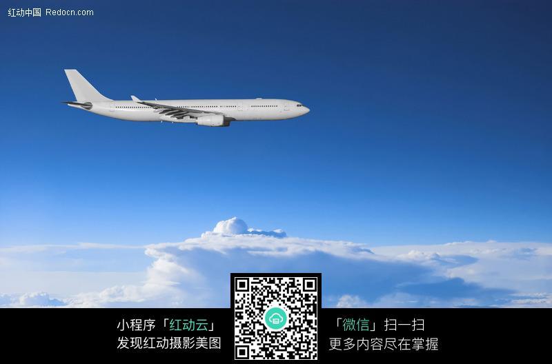 在白云上端飞行的飞机图片