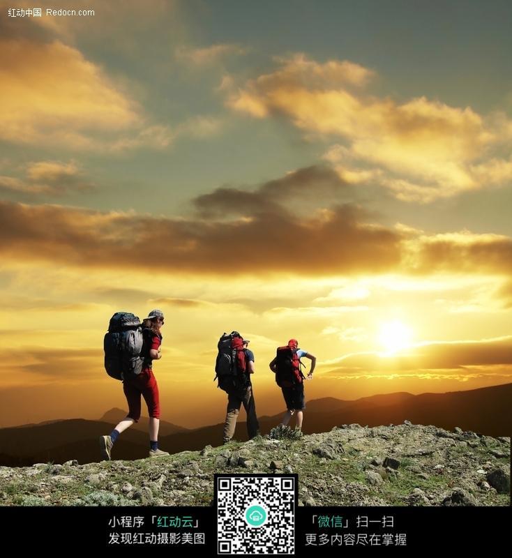 徒步登山运动者图片