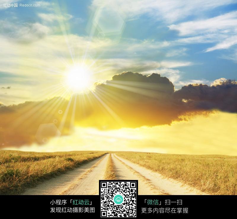 金色阳光照耀下的小路图片