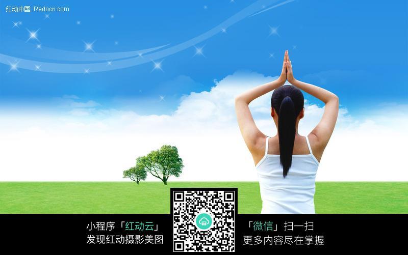 坐在草地上双腿盘坐练瑜伽的韩国美女图片