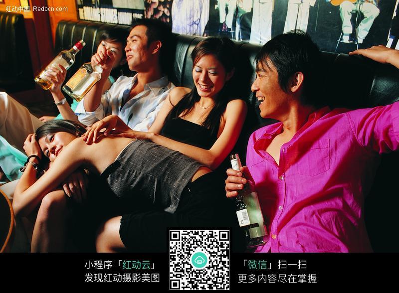 酒吧里喝醉的青年们图片
