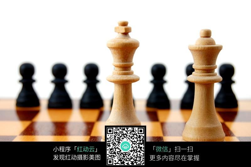 棋盘上的国际象棋棋子图片