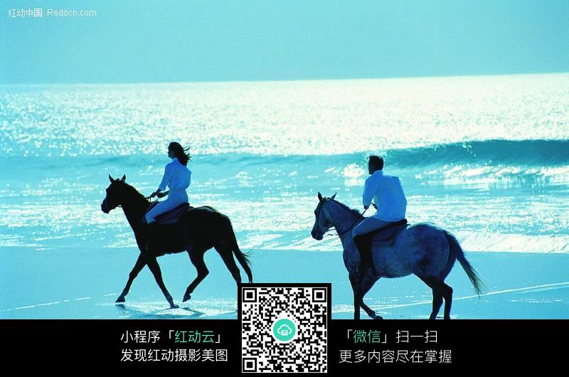 海边骑马的情侣图片