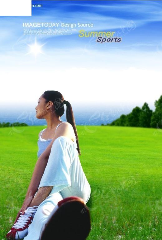 坐在草地上的美女
