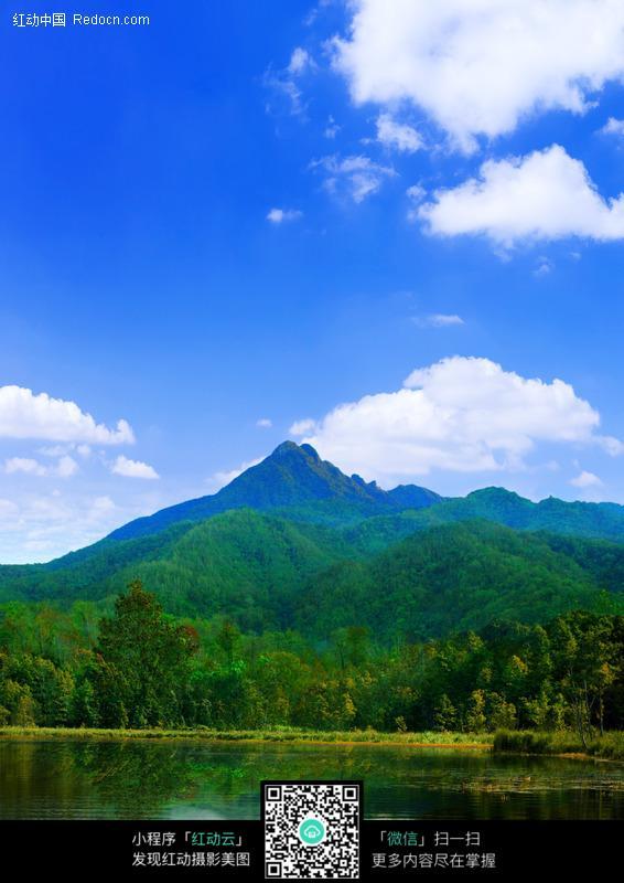 海南岛五指山蓝天绿水图片