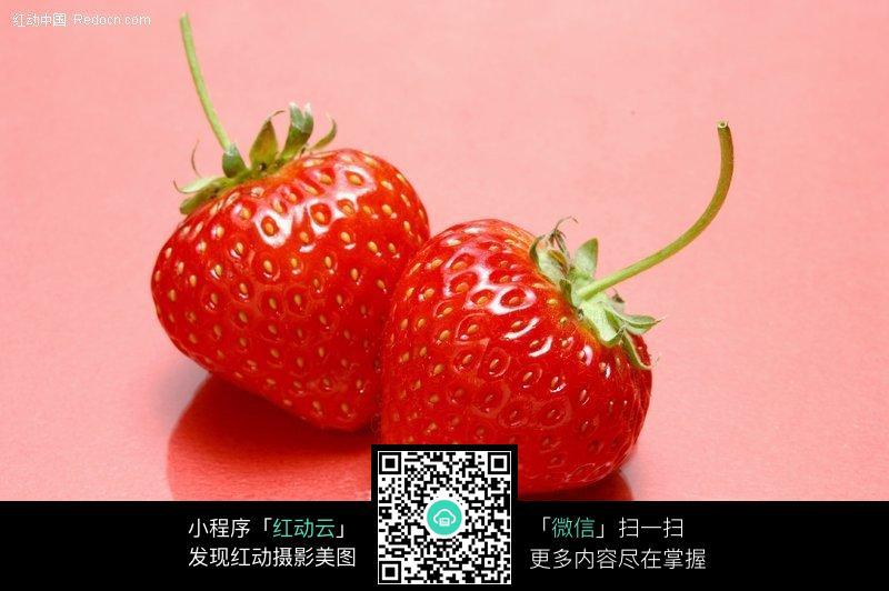 两个新鲜莓特写图