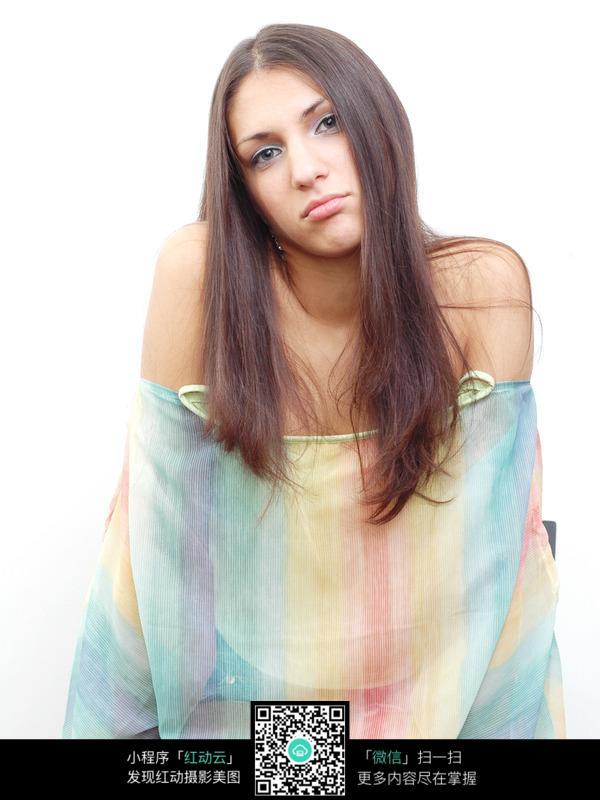 美女剪下两米长发_长发国外美女图片