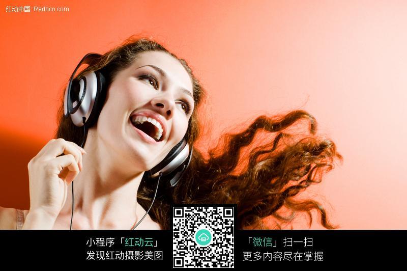 带耳机听音乐的长发美女图片