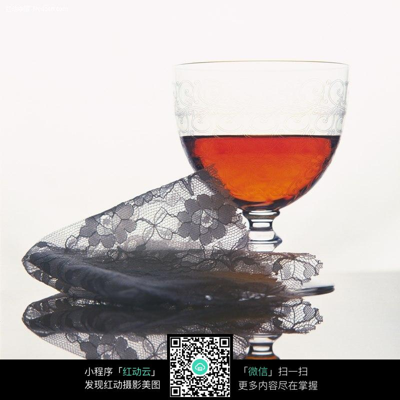 免费素材 图片素材 餐饮美食 酒水饮料 装着红酒的红酒杯图片