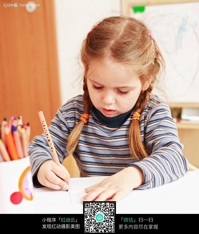 画画的外国小女孩图片儿童幼儿