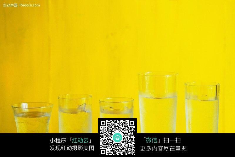 五种不同的玻璃杯(黄色背景)图片