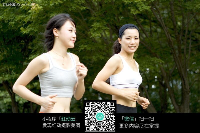 两个跑步的美女图片 体育运动图片