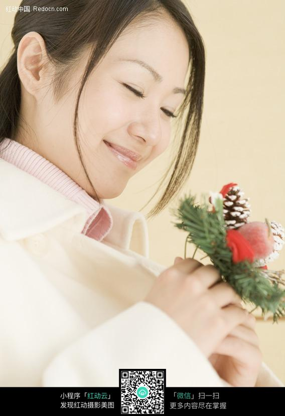 手拿鲜花的幸福女人图片