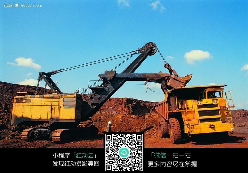 往工程车装土的挖掘机