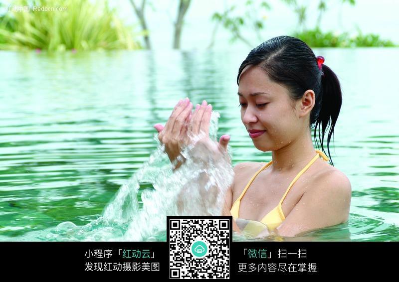水里嬉戏的美女图片 女性女人图片