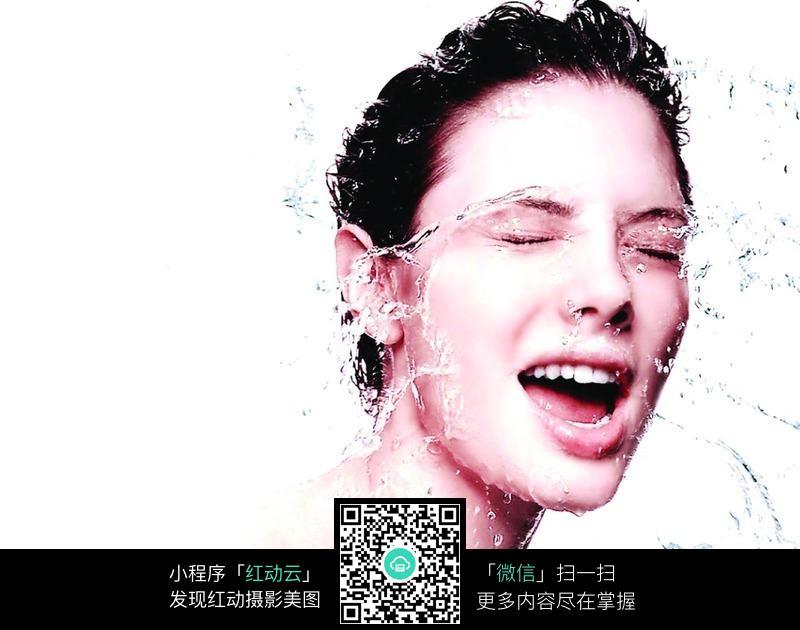 水冲洗脸部特写图片 女性女人图片