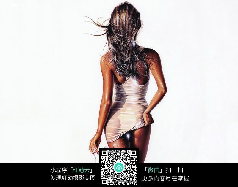 衣服被淋湿的时尚女孩背面图片