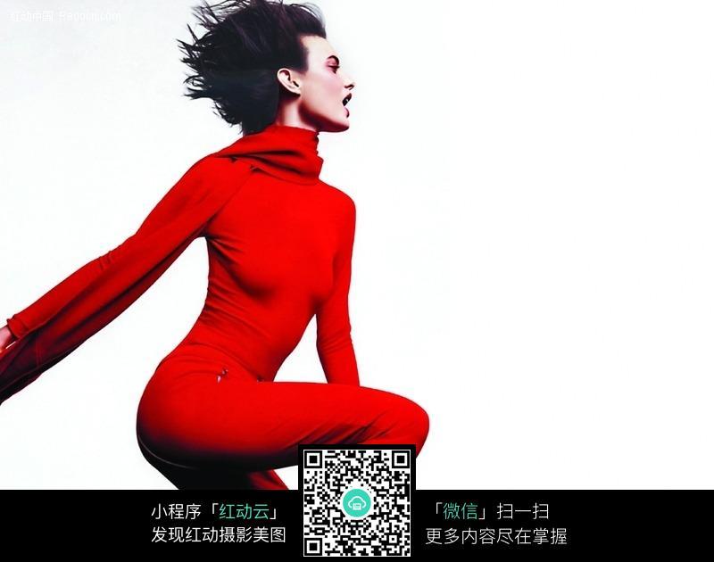 身穿红色衣服的美女侧面图片