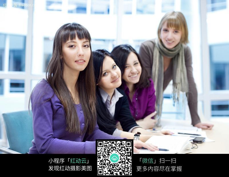 素材下载 图片素材 人物图片 日常生活 > 正在一起学习的国外女大学生
