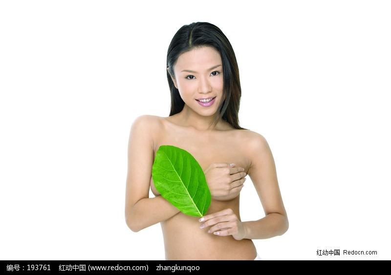 用手和树叶挡住胸部的美女图片