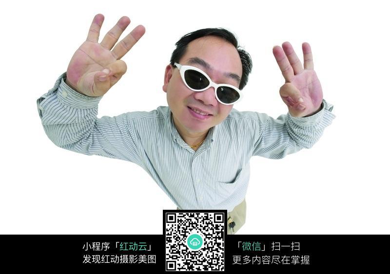 戴眼镜的男士双手做出ok手势图片