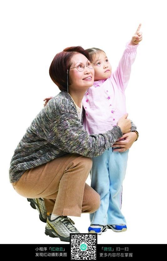 小女孩指着上面给奶奶看图片