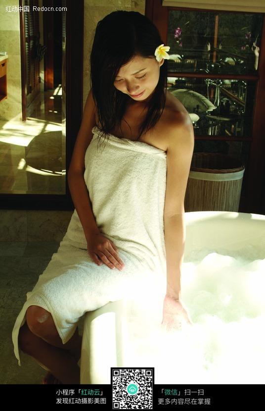 裹着浴巾试水温的女孩图片
