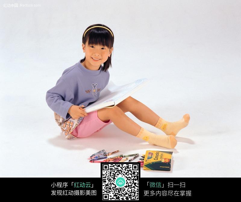 坐在地上画画的小女孩图片