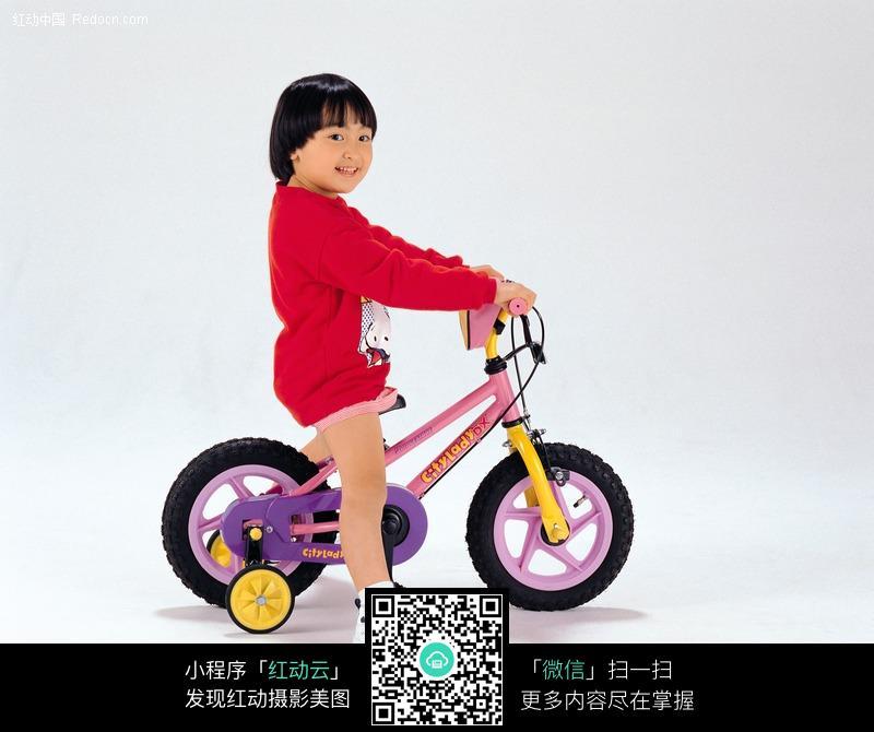 骑儿童自行车的小女孩图片