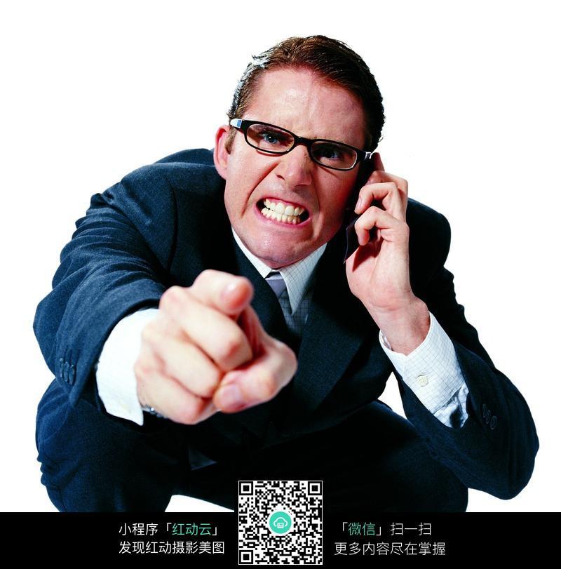 用手指指前面的打电话男士图片